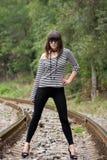 Giovane donna sulle rotaie Fotografie Stock Libere da Diritti