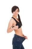 Giovane donna in suoi vecchi jeans dopo peso perdente immagini stock libere da diritti