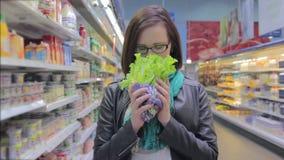 Giovane donna in supermercato video d archivio
