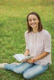 Giovane donna sveglia che legge il libro Immagini Stock Libere da Diritti