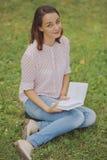 Giovane donna sveglia che legge il libro Fotografia Stock Libera da Diritti