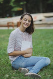 Giovane donna sveglia che legge il libro Immagini Stock