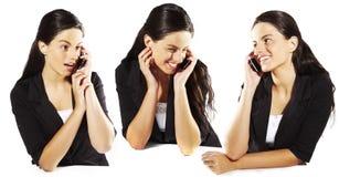 Giovane donna sveglia che parla sul mobile Immagine Stock