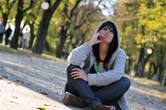 Giovane donna sveglia che sorride all'aperto in natura Fotografie Stock Libere da Diritti
