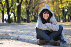 Giovane donna sveglia che sorride all'aperto in natura Immagine Stock Libera da Diritti