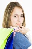 Giovane donna sveglia con i sacchetti di acquisto colorati immagine stock libera da diritti
