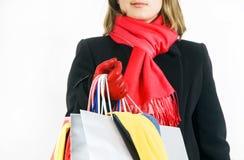 Giovane donna sveglia con i sacchetti di acquisto colorati immagine stock
