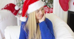 Giovane donna sveglia con il cappello di Santa Claus archivi video