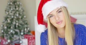 Giovane donna sveglia con il cappello di Santa Claus video d archivio