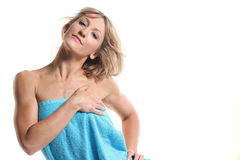 Giovane donna sveglia con un asciugamano Fotografie Stock
