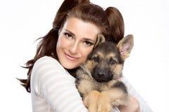 Giovane donna sveglia con un cucciolo di cane Fotografia Stock