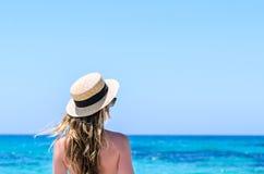 Giovane donna sveglia sopra il mare del turchese alla spiaggia tropicale durante la vacanza Fotografie Stock