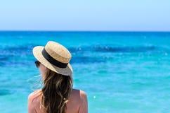 Giovane donna sveglia sopra il mare del turchese alla spiaggia tropicale durante la vacanza Immagine Stock Libera da Diritti