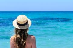 Giovane donna sveglia sopra il mare del turchese alla spiaggia tropicale durante la vacanza Fotografia Stock Libera da Diritti