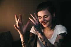Giovane donna tatuaata Fotografia Stock Libera da Diritti