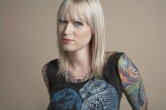 Giovane donna tatuata Fotografia Stock