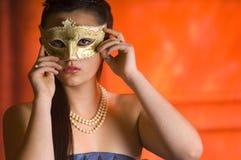 Giovane donna teenager alla sfera di travestimento Fotografia Stock