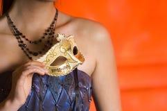 Giovane donna teenager alla sfera di travestimento Immagine Stock