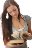 Giovane donna teenager dell'allievo che legge un libro Immagine Stock