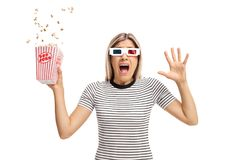 Giovane donna terrorizzata con i vetri 3D ed il popcorn Fotografie Stock