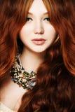 Giovane donna 15 Testarossa, capelli ricci lunghi e trucco Fotografia Stock