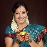 Giovane donna tradizionale sorridente Immagini Stock Libere da Diritti