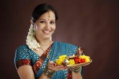 Giovane donna tradizionale sorridente Fotografia Stock Libera da Diritti