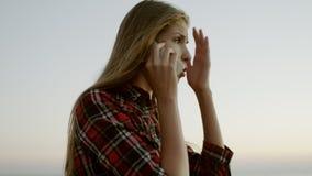 Giovane donna triste che parla sul cellulare video d archivio