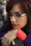 Giovane donna triste che si siede su un banco nel parco Fotografia Stock Libera da Diritti