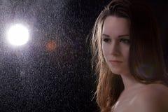 Giovane donna triste nella pioggia Fotografia Stock