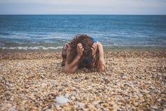 Giovane donna triste sulla spiaggia fotografia stock