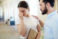 Giovane donna triste in ufficio immagini stock libere da diritti