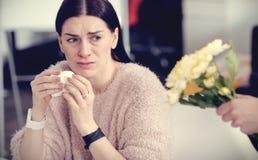 Giovane donna turbata che è allergica ai fiori Fotografia Stock Libera da Diritti