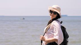 Giovane donna turistica che enjoing le belle viste del mare video d archivio