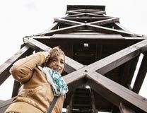 Giovane donna turistica che posa sotto la grande torre di legno dell'allerta Fotografia Stock Libera da Diritti