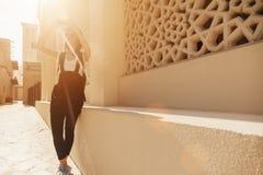 Giovane donna turistica che prende le foto dei leoni in Deira Fotografia Stock Libera da Diritti