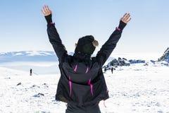 Giovane donna turistica con a braccia aperte in una montagna di inverno Fotografie Stock Libere da Diritti