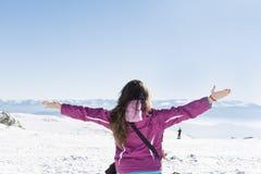 Giovane donna turistica con a braccia aperte in una montagna di inverno Fotografia Stock Libera da Diritti