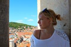 Giovane donna turistica esaminando il panorama della spaccatura, Croazia Immagine Stock Libera da Diritti
