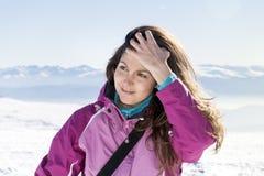 Giovane donna turistica in una montagna di inverno Immagini Stock