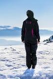 Giovane donna turistica in una montagna di inverno Fotografia Stock Libera da Diritti