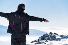 Giovane donna turistica in una montagna di inverno Fotografie Stock Libere da Diritti
