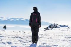 Giovane donna turistica in una montagna di inverno Immagini Stock Libere da Diritti