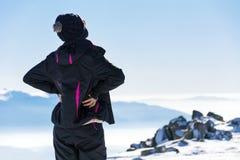 Giovane donna turistica in una montagna di inverno Immagine Stock Libera da Diritti