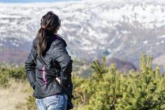 Giovane donna turistica in una montagna di inverno - Bulgaria Fotografia Stock Libera da Diritti