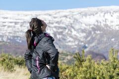 Giovane donna turistica in una montagna di inverno - Bulgaria Immagini Stock Libere da Diritti