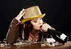 Giovane donna ubriaca che celebra vigilia dei nuovi anni. Fotografia Stock