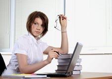 Giovane donna in ufficio immagini stock