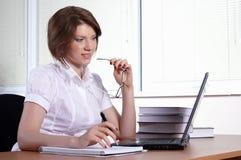 Giovane donna in ufficio immagini stock libere da diritti