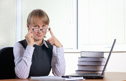 Giovane donna in ufficio fotografia stock